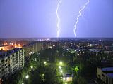 Молния пронзает город