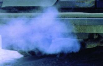 Синий дым из выхлопной трубы автомобиля